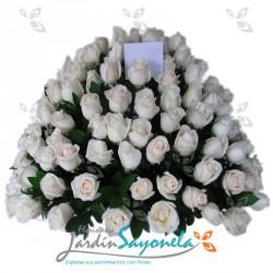 Canasta de rosas blancas