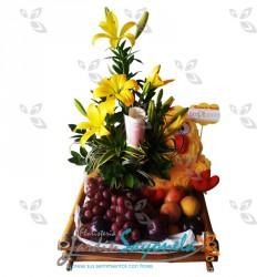 Lirios del Japón amarillos, peluche y frutas
